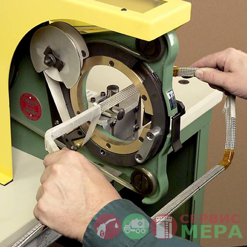 Настольный лентоизолировочный станок ТТМ-1 в работе